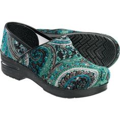 Paisley Dankso - I am a totaly Dansko junkie now. Who knew a clog could be so friggin' comfortable? Dansko Shoes, Clogs, Nursing Shoes, Nursing Outfits, Nursing Uniforms, Nursing Scrubs, Medical Scrubs, Scrub Shoes, Women Slides