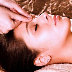 Akupressur kann gegen Spannungskopfschmerzen helfen