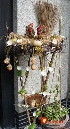 Easter decorations - Home Page Easter Art, Easter Crafts, Holiday Crafts, White Christmas Tree Decorations, Christmas Centerpieces, Diy Ostern, Easter Projects, Flower Stands, Festival Decorations