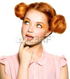 Grappig tiener meisje met sproeten denken of het kiezen Stockfoto