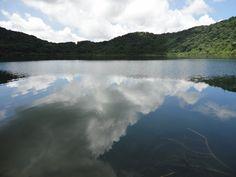 espejo del cielo laguna en el crater de un volcan.  Ipala