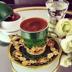The perfect green. Brown Coffee, I Love Coffee, My Coffee, Good Morning Coffee, Coffee Break, Coffee Presentation, Chocolates, Arabic Coffee, Breakfast Tea