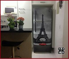 Envelopamento de geladeira com imagem da torre eifel.