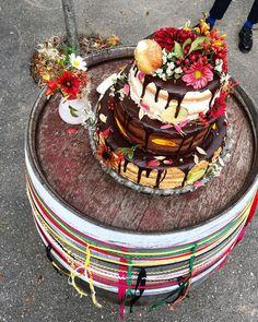 Na zdraví novomanželů trochu cukrového rauše! Spodní: mandlový piškot a slaný karamel s fíky a borůvkami. Prostřední: čokoláda s čoko&smetanovým sýrem a jahodami. Vrchní bezlepkový smetanový s limetkou.  A koblihy s vanilkou. ___ Wedding cake with a donut on the top. Come on, cherries are boring (and out of season). This was fun!