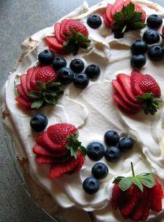 Meringue Wreath with fresh berries and figs Blue Desserts, Summer Desserts, Christmas Desserts, Pavlova, Serving Plates, Serving Dishes, Polenta, Lchf, Keto