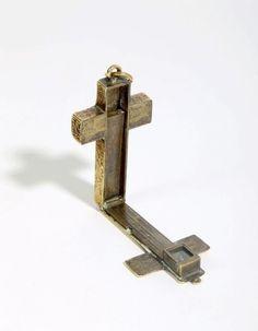 Cadran solaire équinoxial en forme de croix, 1596. Non signé mais attribuable à l'atelier d'Adrian Zeelst. Laiton, originellement doré. 56mm (hors l'anneau de suspension) x 32mm x 7mm. Le cadran est composé… - Chayette & Cheval - 18/12/2015