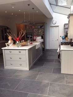 slate flooring Slate kitchen flooring may be your answer to durability, beauty, and style Slate Floor Kitchen, Grey Floor Tiles, Open Plan Kitchen, Kitchen Tiles, Kitchen Flooring, Concrete Kitchen, Kitchen Extension Flooring, Garage Flooring, Black Floor