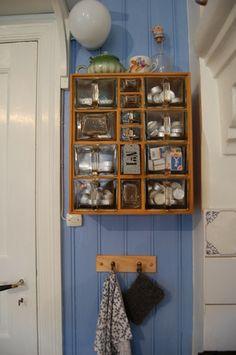 Krydderhylle på kjøkkenet Organizing, Organization, Kitchen Design, Bookcase, Kitchens, Shelves, Home Decor, Getting Organized, Organisation