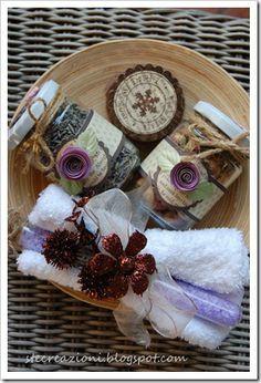 glazen potten met lavendel en rozen gecombineerd met een buis vol met zout washandje