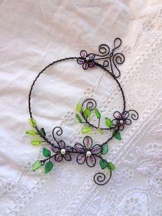PREDANÉ - veľmi rada vyrobím podobný venček ...kvety kvitnú neobmedzene ! Dekorácia vhodná do interiéru ,vyrobená zo železného drôtu - ošetrený....