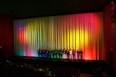 Cinemaxx Regensburg: Jeannine Tieling moderiert auf der Bühne im voll besetzten Kinosaal die Verlosung bei einer Ladies Night. (Foto: Petra Homeier Fotografie)