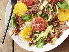 Salade de confit de canard aux cœurs d'orange et de pamplemousse, amandes concassées, quinoa et oignon rouge