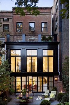 Design and Architecture / Robert A. Stern Architects Houses - Townhouse in the West Village, New York, New York, 2006 Bungalows, Style At Home, Exterior Design, Interior And Exterior, Black Exterior, Modern Exterior, Exterior Paint, Brick Interior, Luxury Interior