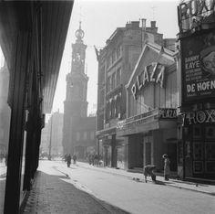 Amsterdam, opname van een ochtend in de Kalverstraat, vlakbij de Munt Amsterdam, 1956