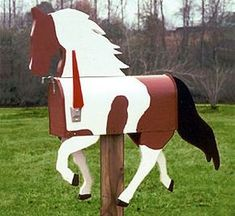 Pinto Horse Mailbox need this! Funny Mailboxes, Unique Mailboxes, Painted Mailboxes, Rustic Mailboxes, Mailbox Garden, Diy Mailbox, Mailbox Ideas, Wood Projects, Craft Projects