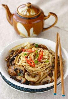 Ramen Noodles with Sautéed Mushrooms by Season with Spice - I used 2 tsps of ground ginger instead of the fresh stuff. Vegetarian Recipes, Cooking Recipes, Healthy Recipes, Healthy Ramen, Ramen Recipes, Healthy Meals, Pasta Recipes, Yummy Recipes, Paella