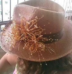 22563163f8f25 Sombrero Panama Hat montado con tembleques de canutillos