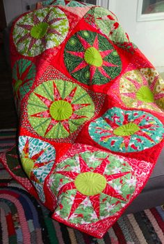 Sunbust Christmas Quilt by Victoria Findlay Wolfe Circle Quilts, Star Quilts, Quilt Blocks, Diy Craft Projects, Dresden Plate Quilts, Quilt Modernen, Tips & Tricks, Traditional Quilts, Christmas Sewing