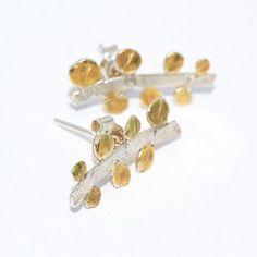 Delikatne kolczyki, sztyfty, wykonane w całości ze srebra próby 925, fakturowanego i  ozdobionego 24 k złotem.