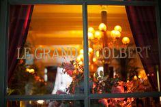 La + Parisienne : Le Grand Colbert. Sole meunière, blanquette de veau à l'ancienne, filet de bar et petits légumes, poulet rôti, tartare de saumon, steak au poivre, cuisses de grenouilles, soupe à l'oignon gratinée, crêpes Suzette flambées au Grand Marnier, moelleux au chocolat, profiteroles au chocolat chaud... La carte du Grand Colbert - du nom du ministre de Louis XIV - reflète notre patrimoine gastronomique. Ici, on vient pour le goût, la décoration et la clientèle cosmopolite.
