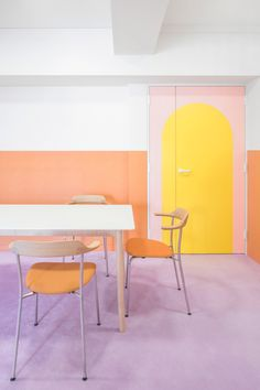 The pastel tangerine chairs in the dining area pick up the orange wainscotting of the walls, and the simple lines of the dining furniture allow the walls and finishes to function as artwork. Small Breakfast Nooks, Tokyo Apartment, Apartment Design, Japanese Bathroom, Textured Wallpaper, Wainscoting, Dining Furniture, Dining Area, Dining Room