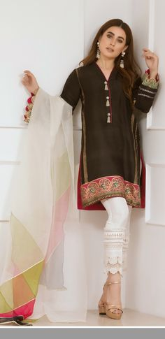 ♥️ this Afshi majid tunic ♥️ Pakistani Outfits, Indian Outfits, Pakistani Couture, Eastern Dresses, Casual Dresses, Fashion Dresses, Pakistan Fashion, Desi Clothes, Indian Attire