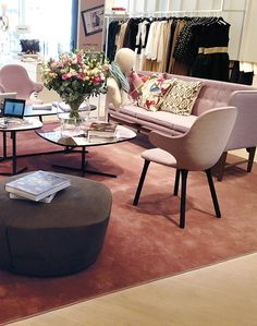 HAMPTON is a high-piled velour carpet. Classic in appearance, comfortable thanks to its high density. The wool confers a rustic atmosphere, the viscose a touch of glamour. Wall Carpet, Cubes, Hospitality, The Hamptons, Accent Chairs, Glamour, Touch, Candy, Rustic