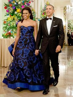 The FLOTUS, wearing an Oscar del la Renta lace black & blue gown, with Pres. Obama attending the Kennedy Center Honors at the Kennedy Center, D.C. (2015)