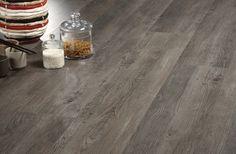 Grijze houtlook pvc vloer. de beste geleider voor vloerverwarming en