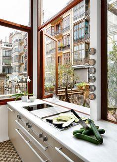 El exterior y el interior se fusionan en esta cocina proyectada por el estudio 'Vilablanc'h. Las ventanas se abren a un amplio patio de l'Eixample de Barcelona. AD España, © Mark G. Peters