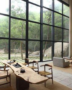 Une immense table en bois massif dans votre salle à manger pour la rendre chaleureuse. l aménagement pour salle à manger l matériaux tendances l inspirations et idées l Pour plus d'idées, cliquez ici : http://www.brabbu.com/all-products/