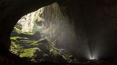 a enorme caverna Son Doong, no Vietnã, tem quase 9 km de extensão mas só foi descoberta por moradores locais em 1991. (Ryan Deboodt)
