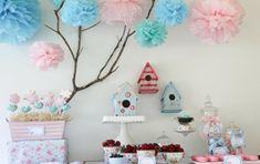 déco d'anniversaire bébé - pompons, sucettes-fleurs et gâteau en forme de maison d'oiseaux