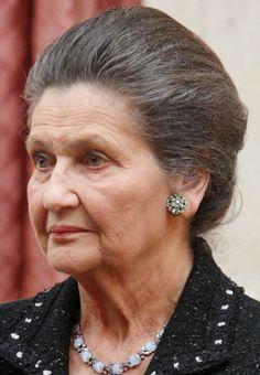 † Simone Veil (89) 30-06-2017 De voormalige Franse politica en strijdster voor vrouwenrechten Simone Veil is vrijdag op 89-jarige leeftijd overleden, zo maakte haar familie bekend. Ze stierf thuis in Parijs. Veil was een bekende figuur in de Franse en Europese politiek. Ze was minister van Volksgezondheid en de eerste vrouwelijke voorzitter van het Europees Parlement. https://youtu.be/oiTBr5jLGyw
