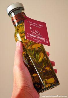 Lembrancinha para os convidados   vidro contendo azeite extra virgem aromatizado com alho, mix de pimentas, tomilho e alecrim