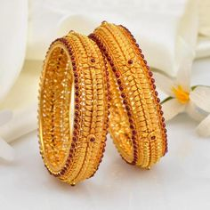 Owing to Marathi religious & traditional value, we offer exquisite range of latest designs for Indian traditional gold diamond jewellery, maharashtrian wedding / bridal ornaments and designer Indian jewellery. Gold Bangles Design, Gold Earrings Designs, Gold Jewellery Design, Diamond Jewellery, Designer Bangles, Cartier Jewelry, Viria, Gold Jewelry Simple, Silver Necklaces