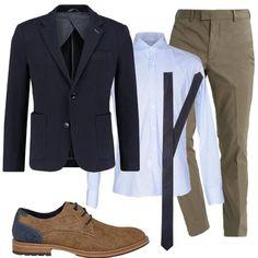 Un paio di stringate beige e blu, abbinate ad un completo composto da camicia azzurra, in cotone, giacca blu in cotone, pantaloni eleganti in cotone e cravatta blu, a righe, in seta.