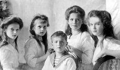 As grã-duquesas Tatiana, Anastasia, Marie e Olga Nikolaevna da Rússia com Alexei Nikolaevich da Rússia em um retrato formal, em 1910.