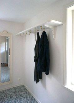 platsbyggd hatthylla Hallway Closet, Hallway Storage, Small Entrance, House Entrance, Sweden House, Dental Office Design, Small Hallways, Scandinavian Kitchen, Beautiful Interior Design