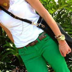 Simple and Chic-White top, cheetah print belt, and kelly green pants. Green Jeans Outfit, Colored Jeans Outfits, Jean Outfits, Colored Pants, Preppy Outfits, Cute Outfits, Fashion Outfits, Kelly Green Pants, Fashion Clothes