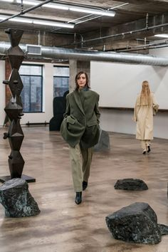 The complete The Row Fall 2018 Ready-to-Wear fashion show now on Vogue Runway. Olsen Twins Style, Jacquemus, Vogue, Margiela, Fashion Show Collection, Fall 2018, Autumn Winter Fashion, Fall Winter, The Row