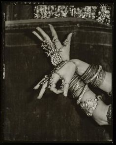 "photo NB : ""Nickolas Muray. Ruth St Denis, 1925, See also"", mains, bijoux indiens"