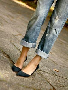 Jean boyfriend roulotté sur la cheville + escarpins découpés sur le côté = le bon mix