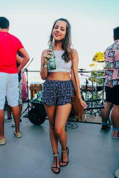 Cropped de croche e shorts estapado .O look que a Giovanna Ferrarezi usou durante a  festa na laje Vidigal.
