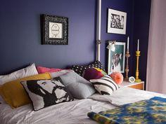 Talo kahdelle -blogin Helena maalasi makuuhuoneen seinät tummansiniseksi ja retroyöpöydät piristyivät valkoisella. Näin uudistat makuuhuoneen ilmeen!