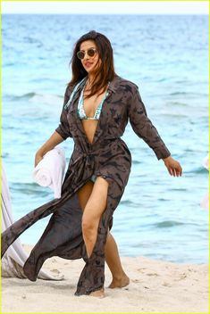 Priyanka Chopra Gets Some Sun in Her Bikini! | priyanka chopra bikini in miami 03 - Photo