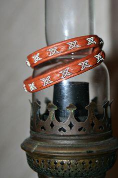 tenntrådsarmband historia - Sök på Google Braided Bracelets, Handmade Bracelets, Bracelets For Men, Leather Art, Leather Jewelry, Bone Jewelry, Wire Weaving, Leather Working, Jewelry Crafts