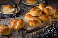 Original Schweizer Weggli – Rezept von Streusel Swiss Recipes, Ober Und Unterhitze, Hamburger, Breads, Food, Pastry Chef, Bakeware, Sprinkles, Swiss Guard