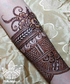 In progress bridal henna Glimpse Nothing was pre planned, just going with the Flow! And absolutely love this shot ❤ Indian Henna Designs, Henna Art Designs, Mehndi Designs 2018, Modern Mehndi Designs, Mehndi Designs For Fingers, Wedding Mehndi Designs, Tattoo Designs, Khafif Mehndi Design, Dulhan Mehndi Designs