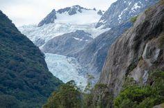 Il ghiacciaio Franz Josef ha una lunghezza di 12 km ed è a soli 300 metri sul livello del mare. Si può visitare in diversi modi: a piedi attraverso il ghiaccio, dal cielo in elicottero o con escursioni nella parte anteriore. Lungo la strada, si notano diverse cascate che nascono dal disgelo: la vista è mozzafiato.